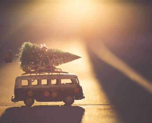 zeigt einen Weihnachtsbaum auf einem Van