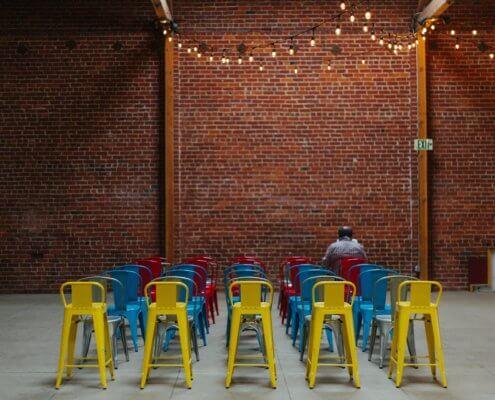 zeigt eine Anordnung von Stühlen