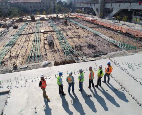 zeigt Bauarbeiter